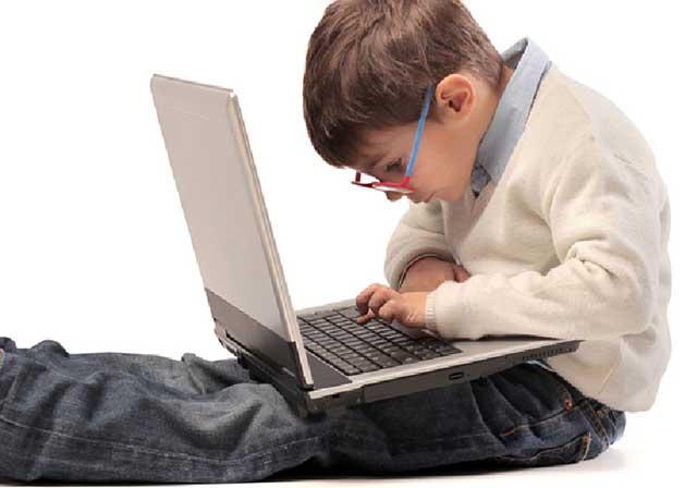 Jongen-kijkt-op-beeldscherm